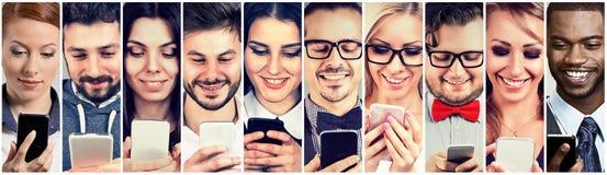Szczęśliwi ludzie używa mobilnego mądrze telefon obrazy stock