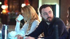 Szczęśliwi ludzie uspołecznia i plotkuje nad napojami w zrelaksowanym środowisku w barze Zdjęcie Stock