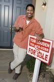 Szczęśliwi mężczyzna mienia domu klucze Obraz Stock