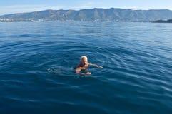 Szczęśliwi mężczyzna unoszą się na wysokich morzach Zdjęcie Stock