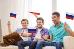 Szczęśliwi męscy przyjaciele z flaga i vuvuzela Zdjęcia Royalty Free