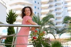 Szczęśliwi młoda kobieta stojaki na balkonie zdjęcie royalty free