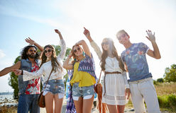 Szczęśliwi młodzi hipisów przyjaciele tanczy outdoors Zdjęcie Royalty Free