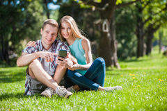 Szczęśliwi młodzi ludzie outdoors fotografia royalty free