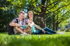 Szczęśliwi młodzi ludzie outdoors zdjęcia royalty free