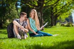Szczęśliwi młodzi ludzie outdoors fotografia stock