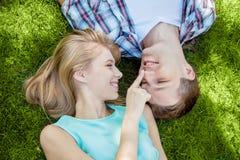 Szczęśliwi młodzi ludzie outdoors obraz stock