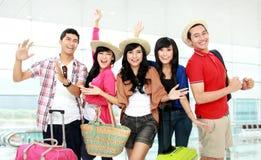 Szczęśliwi młodzi ludzie turystów Obrazy Stock