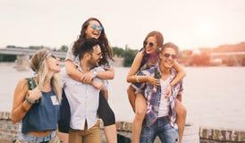 Szczęśliwi młodzi ludzie uczęszcza festiwale przy latem fotografia royalty free