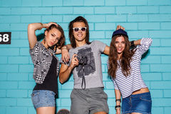 Szczęśliwi młodzi ludzie z fotografii kamerą ma zabawę przed błękitem Obraz Stock
