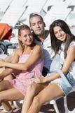Szczęśliwi młodzi przyjaciele pozuje dla fotografii zdjęcie stock