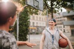 Szczęśliwi młodzi streetball gracze na sądzie Zdjęcie Stock