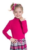 Szczęśliwi mała dziewczynka stojaki przeciw bielowi Zdjęcia Royalty Free
