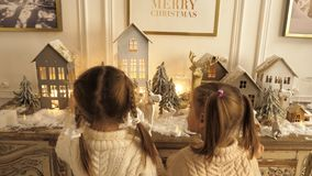 Szczęśliwi małe dzieci bawić się z Bożenarodzeniowymi zabawkami obrazy stock