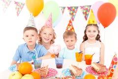 Szczęśliwi małe dzieci przy przyjęciem urodzinowym Zdjęcia Royalty Free