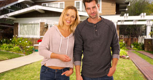 Szczęśliwi millennials excited być nowymi właścicielami domu obraz stock