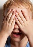 szczęśliwi nakrywkowi chłopiec oczy jego mały portret Zdjęcie Stock