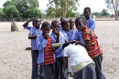 Szczęśliwi Namibijscy dziecko w wieku szkolnym czeka lekcję Zdjęcie Royalty Free