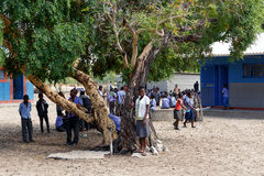 Szczęśliwi Namibijscy dziecko w wieku szkolnym czeka lekcję Fotografia Stock