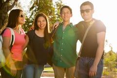 Szczęśliwi nastolatkowie przy zmierzchem zdjęcie stock