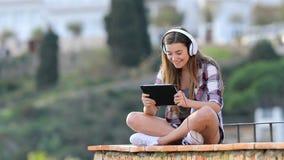Szczęśliwi nastoletni słuchania i dopatrywania środki na pastylce zdjęcie wideo