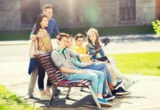 Szczęśliwi nastoletni ucznie bierze selfie smartphone obrazy stock