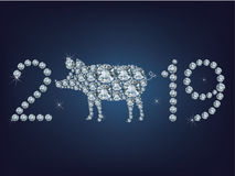Szczęśliwi 2019 nowego roku kreatywnie kartka z pozdrowieniami z świnią zrobił up mnóstwo diamentom Zdjęcia Royalty Free