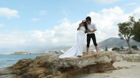 Szczęśliwi nowożeńcy na plaży zbiory