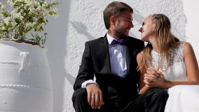 Szczęśliwi nowożeńcy siedzi blisko ich hotelu na ich dniu ślubu zbiory wideo