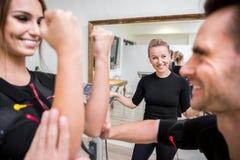 Szczęśliwi ogłoszenie towarzyskie trenera dopatrywania trenować młodzi ludzie zdjęcia royalty free