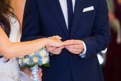 Szczęśliwi państwa młodzi odmieniania pierścionki Obraz Royalty Free