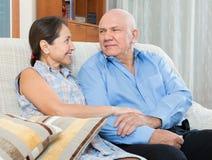 Szczęśliwi para dziadkowie w domu Zdjęcia Royalty Free