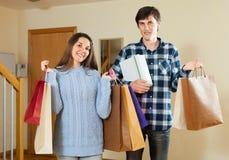 Szczęśliwi pary mienia zakupy w rękach Fotografia Royalty Free