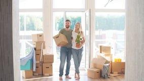 Szczęśliwi pary przewożenia kartony W Nowego dom Na Poruszającym dniu zdjęcie wideo