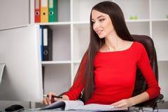 Szczęśliwi pośrednik handlu nieruchomościami kobiety seansu klucze Biznesowych kobiet nieruchomości wiek Zdjęcie Stock