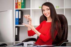 Szczęśliwi pośrednik handlu nieruchomościami kobiety seansu klucze Biznesowych kobiet nieruchomości wiek Zdjęcia Royalty Free