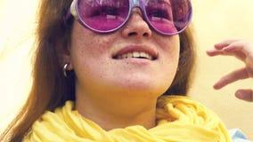 szczęśliwi portreta kobiety potomstwa rozochocony uśmiechu zakończenie zbiory