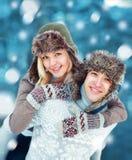 Szczęśliwi potomstwa dobierają się mieć zabawę bawić się outdoors w zimie Fotografia Royalty Free