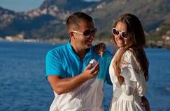 Szczęśliwi potomstwa dobierają się mieć zabawę na plaży obraz royalty free