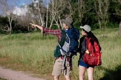 Szczęśliwi potomstwa dobierają się odprowadzenie wycieczkuje w lesie dla campingowego namiotu tog Zdjęcie Stock