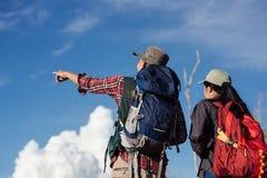 Szczęśliwi potomstwa dobierają się odprowadzenie wycieczkuje w lesie dla campingowego namiotu tog Obraz Royalty Free