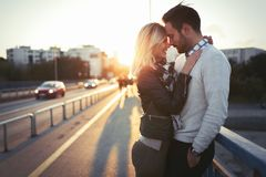 Szczęśliwi potomstwa dobierają się przytulenie i całowanie na moscie Zdjęcie Royalty Free