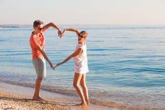 Szczęśliwi potomstwa dobierają się relaksować przy Garda jeziorem W?ochy, Europa zdjęcie stock