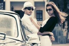 Szczęśliwi potomstwa dobierają się w miłości na zewnątrz rocznika samochodu fotografia royalty free