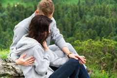 Szczęśliwi potomstwa dobierają się w miłości siedzi na górze, przytuleniu i lo, Fotografia Stock
