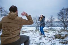 Szczęśliwi potomstwa dobierają się w zimie odziewają bawić się snowballs outdoors Zdjęcia Royalty Free