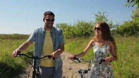 Szczęśliwi potomstwa dobierają się z bicyklami chodzi w lecie zbiory wideo