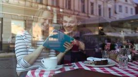 Szczęśliwi potomstwa dobierają się z pastylka pecetem w kawiarni zdjęcie wideo