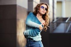 Szczęśliwi potomstwa fasonują kobiety w okularach przeciwsłonecznych na miasto ulicie Obrazy Royalty Free