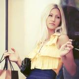Szczęśliwi potomstwa fasonują kobiety z torba na zakupy w centrum handlowym Fotografia Stock